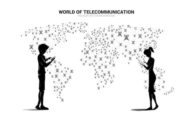 ベクトルの男性と女性は携帯電話を使用し、ポリゴンドットは世界地図マップの周りのアンテナ塔アイコンと線を接続します。グローバル通信技術のコンセプト。
