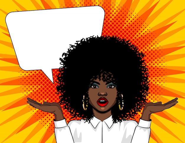 Векторная иллюстрация поп-арт удивил лицо женщины с открытым ртом и руки вверх. афро-американская женщина в шоке стоя над комической ретро стиле поп-арт с большой речи пузырь