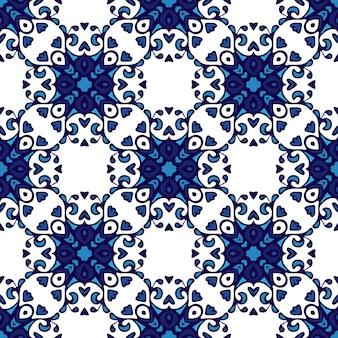 濃い青と白の装飾品、幾何学模様、様式化された花や葉からシームレスなパッチワークの背景をベクトルします。