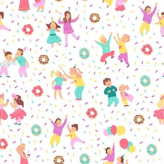 Бесшовный узор вектор для вечеринки по случаю дня рождения детей. плоский стиль рисованной. счастливые детские персонажи, пончики, конфетти, изолированные на белом фоне. подходит для открыток, упаковки подарочной бумаги, баннеров и т. д.