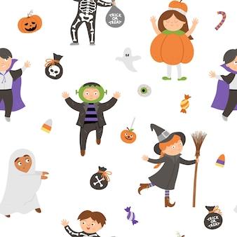 Бесшовный узор вектор с милыми персонажами хэллоуина. цифровая бумага с детьми в страшных костюмах. забавный осенний фон кануна всех святых с вампиром, призраком, тыквой, франкенштейном.