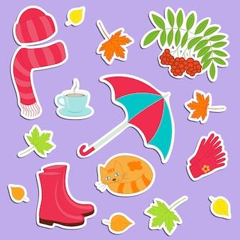 秋のテーマのカラフルなステッカーのベクトルセット:服、靴、傘、お茶、猫、紅葉。デザインと装飾用