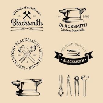 手でスケッチした鍛冶屋のロゴのベクトルセット。ヴィンテージ蹄鉄工ラベルコレクション。