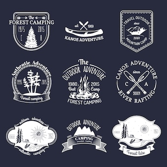 ヴィンテージキャンプのロゴのベクトルセット。アウトドアアドベンチャーのレトロな看板コレクション。エンブレムやバッジの観光スケッチ。