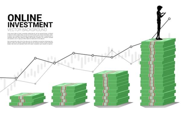 携帯電話と紙幣のスタックを持つベクトルシルエット男。成功の概念モバイル投資とお金の投資。