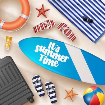 ビーチボール、ヤシの葉、サーフボード、ビーチサンズのタイポグラフィレターのベクトル夏の休日イラスト。