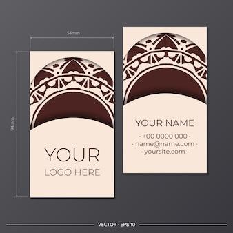 고급스러운 패턴이 있는 베이지 색상의 명함 인쇄 디자인을 위한 벡터 템플릿입니다. 텍스트와 추상 장식을 위한 장소가 있는 명함을 준비합니다.