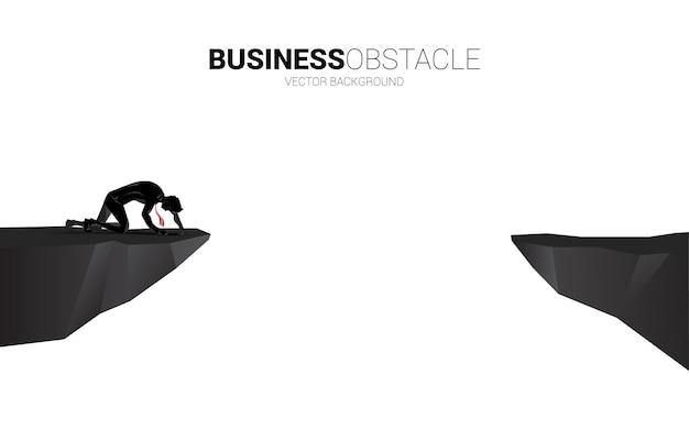 절벽에 크롤 링 하는 사업가의 vector3693실루엣입니다. 막다른 골목과 장애물에 대한 개념입니다.