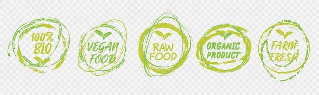 ビーガンヘルシーエコロジーバイオエンブレムロゴデザイン。新鮮な緑の葉とグランジサークルアイコンのバッジをレタリング