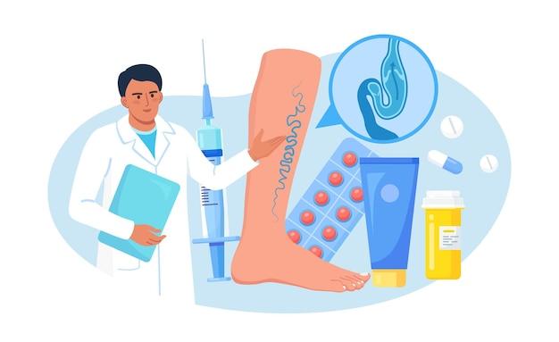 정맥 혈전증 및 정맥류 치료 개념. 거대한 발을 검사하고 혈관 및 정맥 질환을 진단하는 의사. 족부 진료