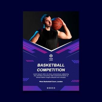 Modello di volantino verticale con giocatore di basket maschile