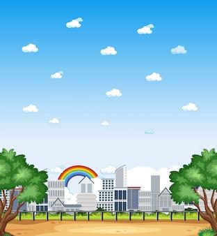 Вертикальная природа в городской сцене или ландшафтной сельской местности с buiding в городе и радуга в пустом небе в дневное время