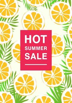 暑い夏のセールをテーマにした垂直のポスター。レモンスライスとヤシの葉の明るいプロモーションチラシ。カラフルな広告 Premiumベクター