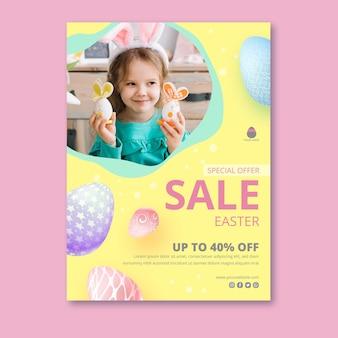 Вертикальный шаблон плаката для пасхальной распродажи с очаровательной девушкой