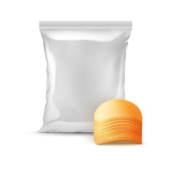 감자 파삭 파삭 한 칩의 스택과 함께 패키지 디자인을위한 수직 봉인 된 호일 비닐 봉투는 흰색 배경에 고립 닫습니다