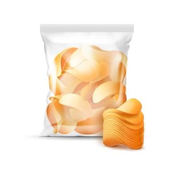 패키지 디자인을위한 수직 밀봉 된 투명 비닐 봉투 감자 파삭 파삭 한 칩이 가득한 배경에 격리 됨