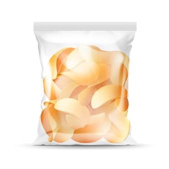 ポテトシャキッとしたチップの完全なパッケージの垂直密封された透明なビニール袋背景にクローズアップ