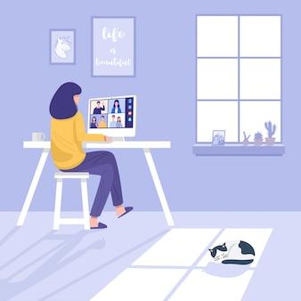 Видеоконференцсвязь дома, женщина, имеющая видеозвонок с клиентами дома.
