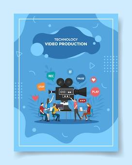 Люди по производству видео, работающие вместе, редактируют видео для шаблона флаера