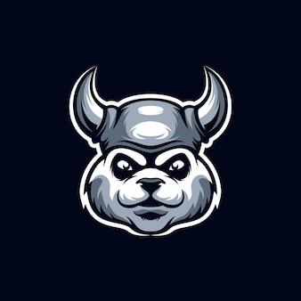 Логотип талисмана панды викинга, изолированный на синем