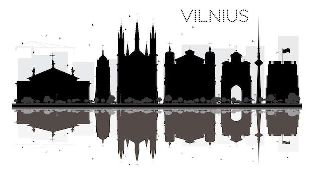 Силуэт горизонта города вильнюса черно-белый с отражениями. векторная иллюстрация. простая плоская концепция для туристической презентации, баннера, плаката или веб-сайта. городской пейзаж с достопримечательностями
