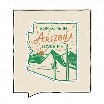 ヴィンテージアドベンチャーアリゾナバッジイラストデザイン。山、砂漠、サボテン、テキストのある屋外の米国の州のエンブレム-アリゾナの誰かが私を愛しています。珍しいアメリカンヒップスタースタイルのステッカー。株式ベクトル。