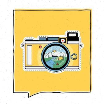 ヴィンテージアドベンチャーバッジイラストデザイン。レトロなカメラの中にキャンプシーンのある屋外のエンブレム。珍しいヒップスタースタイルのパッチ。株式ベクトル。