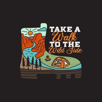 ビンテージ アドベンチャー バッジ イラスト デザイン。キャンプ ブーツと引用付きのアウトドア ロゴ - ワイルド サイドを散歩しましょう。