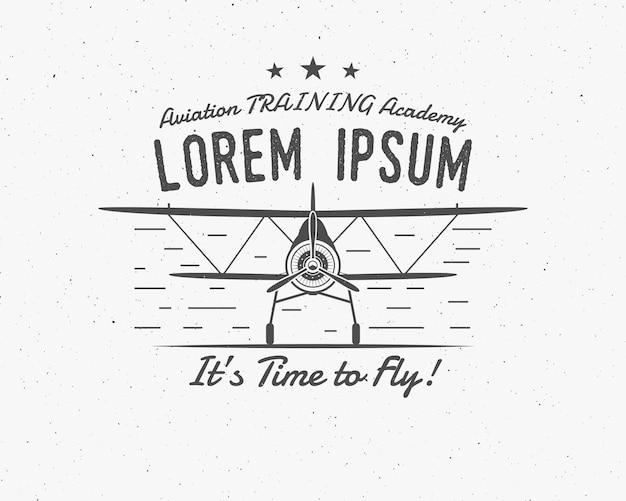 빈티지 비행기 상징입니다. 복엽기 레이블입니다. 레트로 비행기 배지, 디자인 요소입니다. 항공 스탬프입니다. airshow 로고 및 로고 타입. 비행 프로펠러, 고글, 오래 된 아이콘, 절연. 플라잉 아카데미 패치.