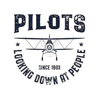 ヴィンテージ飛行機のエンブレム。人々を見下ろすパイロットは引用します。複葉機のベクトルグラフィックラベル。レトロな飛行機のバッジのデザイン。航空スタンプ。フライプロペラ、古いアイコン、白い背景で隔離の盾。