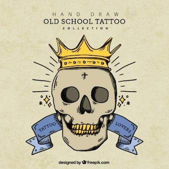 Sfondo vintage con disegnata a mano il cranio con corona