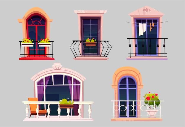 Balconi vintage con porte in vetro, finestre, fiori in vaso e recinzioni.