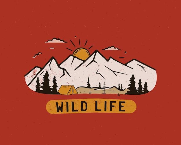 Винтажный логотип лагеря, значок горной дикой природы с деревьями и палаткой