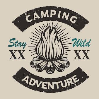 たき火でビンテージキャンプのエンブレム。ロゴ、シャツのデザイン、その他の多くに最適