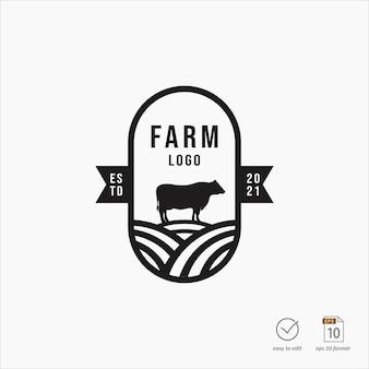 Дизайн логотипа старинной фермы с элементом коровы