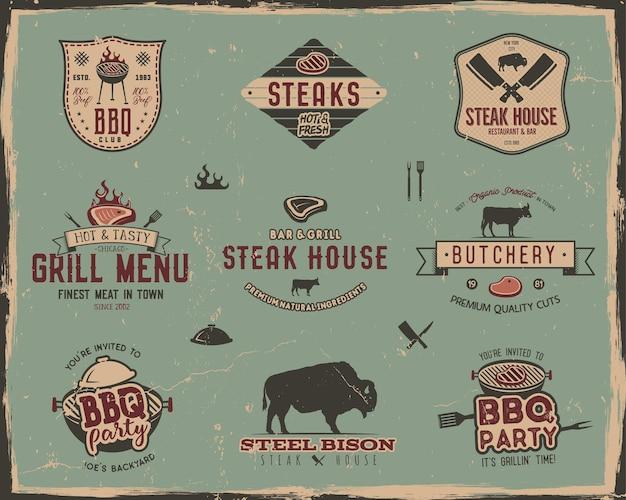 Винтажные шаблоны логотипов гриль и стейк-хаус. ретро цвета барбекю, набор значков партии гриль, марок и этикеток. символы жареного мяса, инструменты. изолированные на фоне старого стиля. векторные дорожки, знаки отличия.