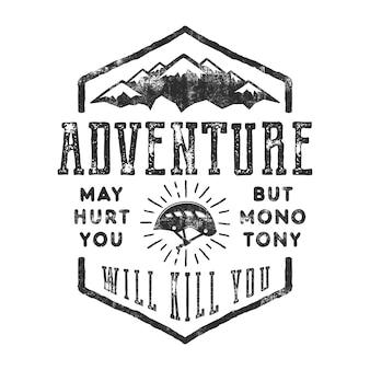 ヴィンテージ手描き山エクスプローラーラベル。古いスタイルのインスピレーションの引用-冒険はあなたを傷つけるかもしれません。しかし、単調はあなたを殺します。モノクロデザイン。登山用具-ヘルメットと太陽がはじけます。