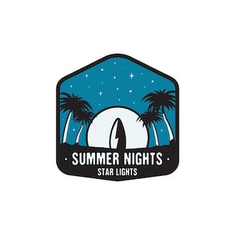 Винтажные рисованной значок серфинга и концепция путешествий для печати, футболки, плакатов. пляж с пальмами и луной. ретро летний логотип, необычный значок. летние ночи звездные огни. фондовый вектор.