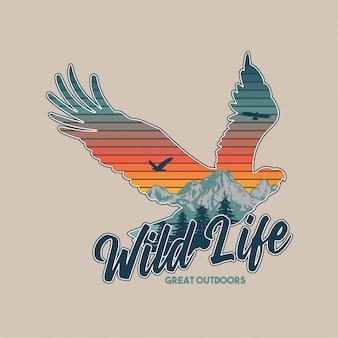 野生動物のヴィンテージのイラスト。アメリカンイーグルとシルエット内の素晴らしい山々。旅行、キャンプ、アウトドア、自然、荒野、探検。