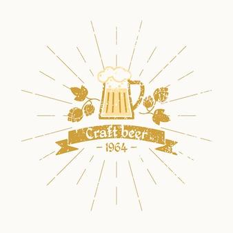Винтажный логотип пива. пивоваренный завод. кружка пива, листья хмеля и текст на ленте, на белом фоне