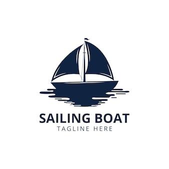 セーリングヨットのヴィンテージロゴ。デザイン要素。白い背景で隔離のセーリングヨットのシルエット。ベクトルイラスト