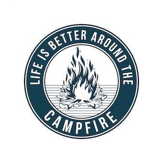 ビンテージのロゴ、プリントアパレルデザイン、エンブレム、パッチ、キャンプファイヤー付きバッジ、火、炎の山の旅のイラスト。冒険、旅行、夏のキャンプ、屋外、自然、旅のコンセプト。