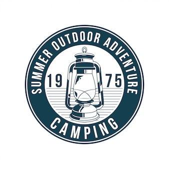 ヴィンテージのロゴ、プリントアパレルデザイン、エンブレム、パッチ、旅行用の古いガスランプのバッジ、探検、森の照明のイラスト。冒険、旅行、夏のキャンプ、アウトドア、旅。