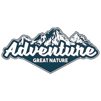 ハイキング旅行のハイキングのための偉大な雪をかぶった山とエンブレム、パッチ、バッジのビンテージロゴスタイル印刷アパレルデザインイラスト。冒険、旅行、夏のキャンプ、屋外の自然概念
