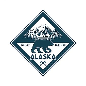 アラスカの森のハイイログマの野生動物とエンブレム、パッチ、バッジのビンテージロゴスタイル印刷デザインイラスト。冒険、旅行、キャンプ、アウトドア、自然、荒野、探検。