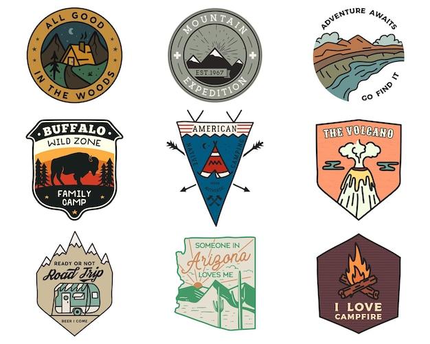 빈티지 산 캠핑 배지 로고 세트, 모험 패치. 손으로 그린 스티커 디자인 번들. 여행 탐험, 하이킹 레이블. 야외 스포츠 엠블럼. 로고 타입 컬렉션. 스톡 벡터입니다.