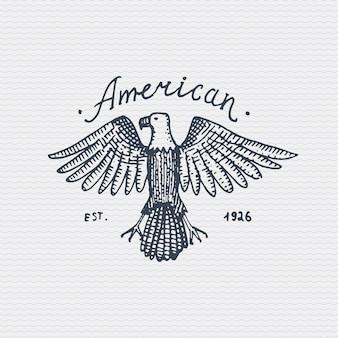 Старинный старый логотип или значок, гравировка этикетки и стиль старой рисованной с диким белоголовым орланом