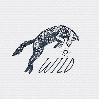 ヴィンテージの古いロゴまたはバッジ、刻まれたラベル、野生のオオカミまたは赤狐のジャンプで古い手描きスタイル