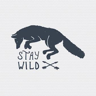 ヴィンテージの古いロゴやバッジ、刻まれたラベル、古い手描きの野生のオオカミや赤狐のスタイル。ワイルドに過ごす