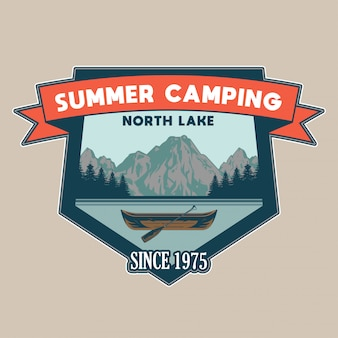 호수와 일부 나무와 산에 여행을위한 나무 카누와 빈티지 패치 모험, 여행, 여름 캠핑, 야외, 자연, 개념